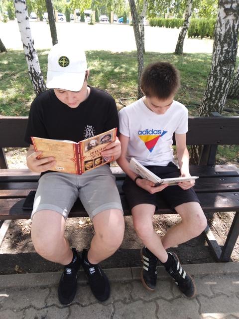 На досуге летним днем, в руки книги мы берём…